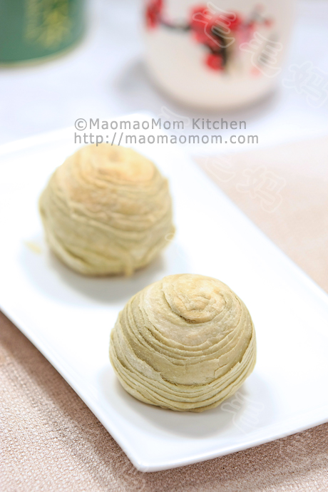 Puff pastry cake with mug bean filling 绿豆酥